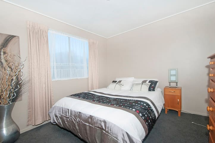 Very tidy bedroom with queen bed - Lower Hutt