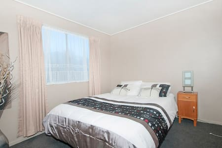 Very tidy bedroom with queen bed - Lower Hutt - Apartament