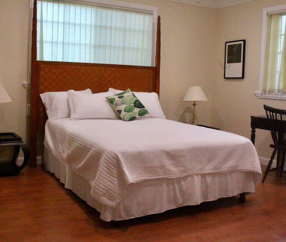 Eden Manor Queen Room en Suite #6