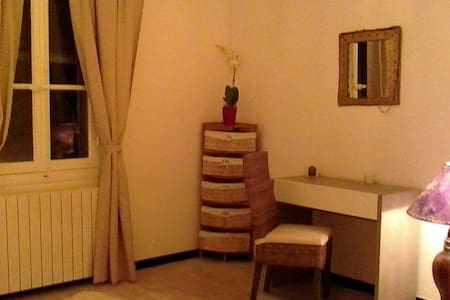 MME CLAUDE - Aigues-Mortes - Bed & Breakfast