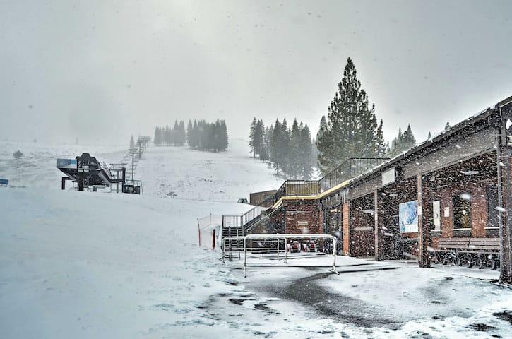 Cozy 1BR Truckee Condo - Steps to Ski Lift! - Truckee - Appartement en résidence