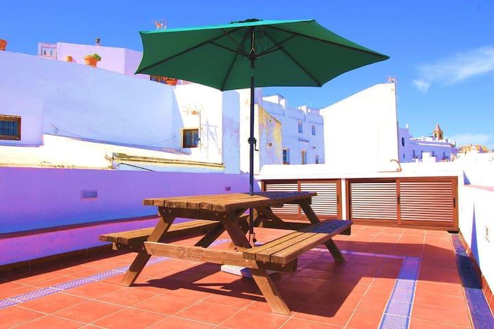 Magnifica terraza privada de 50 metros cuadrados, con encimera, agua potable, minibar y luz eléctrica.