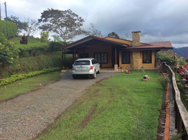A la altura del  Cielo - Turrialba  - House