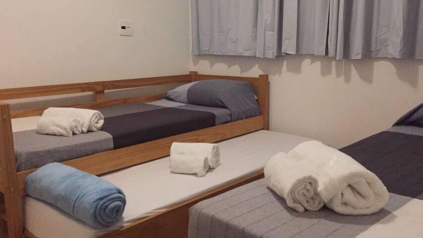 Quarto 3 com 3 camas de solteiro