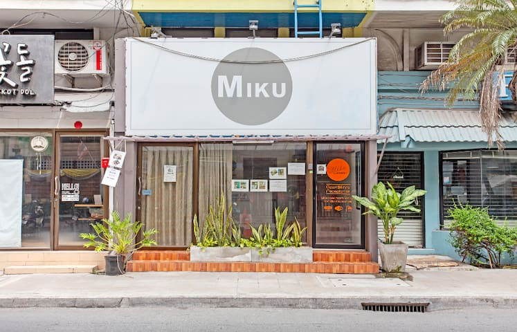 MIKU Single Private Bedroom with AC, Wifi in Asok