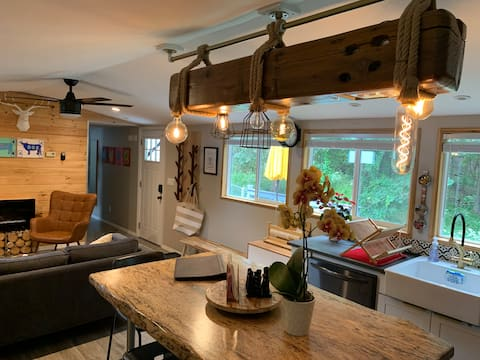 Artistic*Sparkling* Cozy* Private cottage w/view.