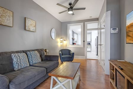 Urban + Cozy 1BR - Free Parking & 15min to NYC