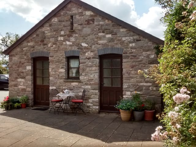Stone single storey cottage - Brecon
