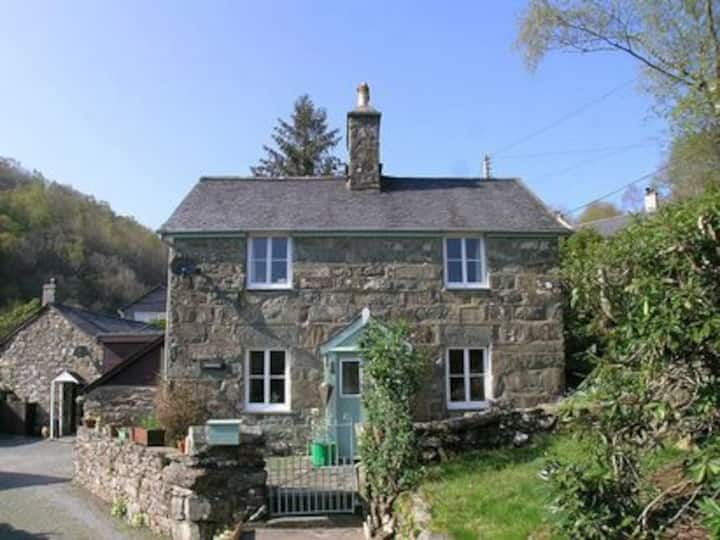 Hawddamor cottage with wood burner & ** Hot tub **