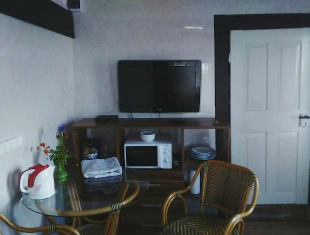 TV na zdi v ložnici a hlavní dveře