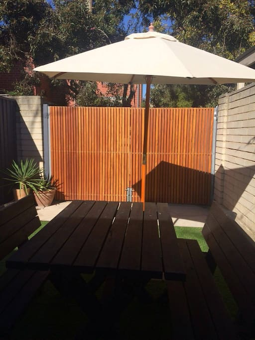 Pretty cottage with cute garden courtyard houses for for Courtyard landscaping adelaide