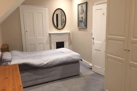 5 mins Station, SW20, single studio bedroom - London - House