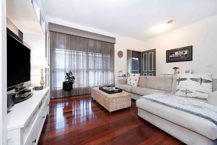 WILLIAMSTOWN 3 bed, 5km from CBD.Private and quiet