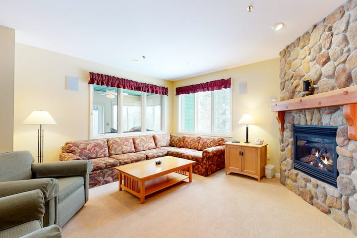 Spacious, family-friendly condo w/ free ski shuttle, shared pool/hot tub access