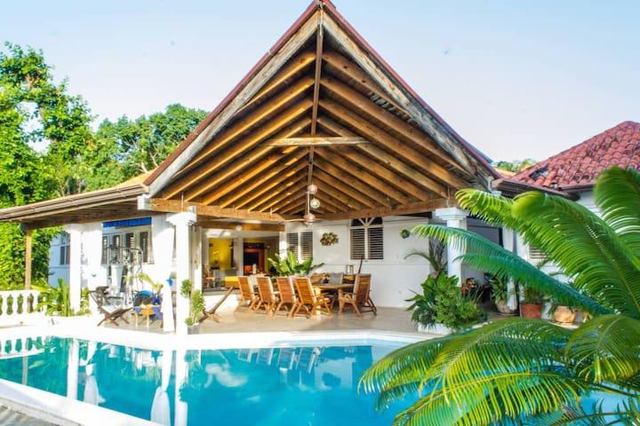 Lovely Holiday Room/Bath in Villa +tropical garden