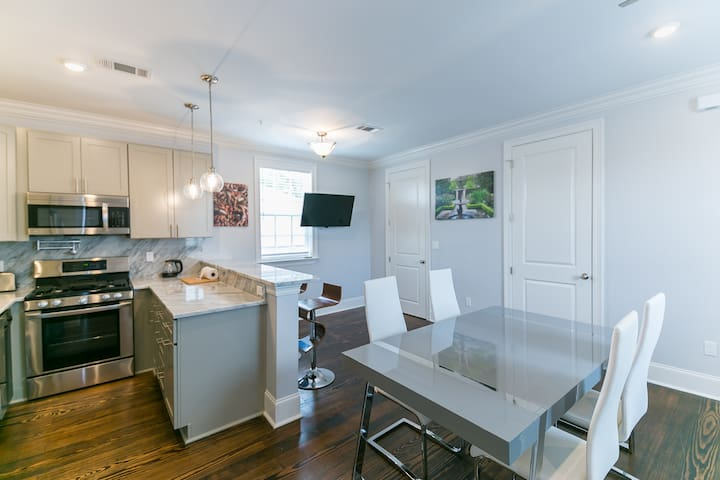 Cool & Collective living space, Great Location!