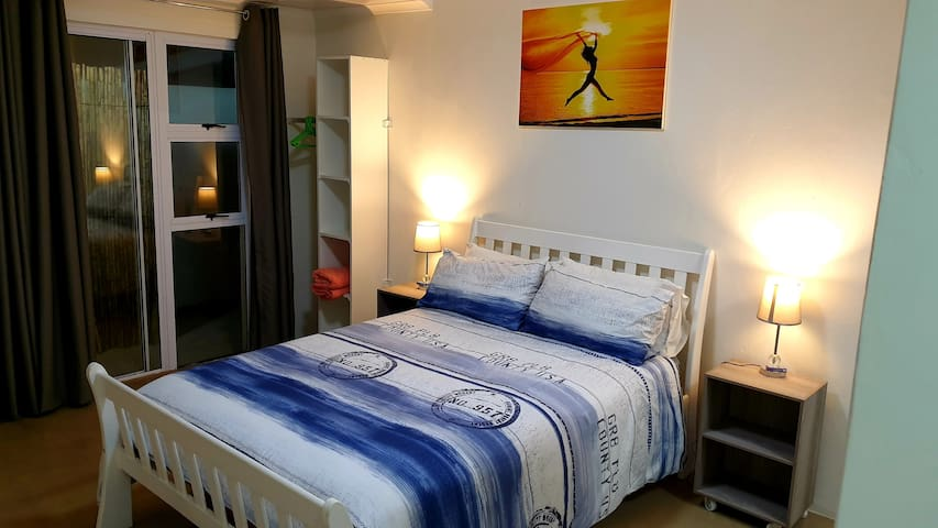 Modern & Safe. Aircon. 5min from Umhlanga beach