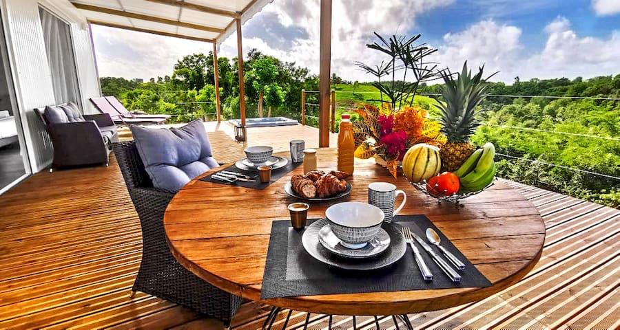 Le 1er petit-déjeuner est offert afin de vous permettre d'être rempli d'énergie pour commencer votre séjour : café/ thé/ jus / fruits / pain grillé/ beurre