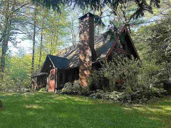 Charming log cabin w/ fireplace in Stowe village