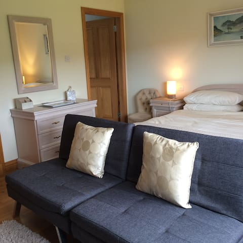 Large Dble  with Small Sofa Bed Ensuite.Beauly