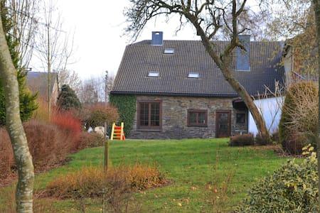 Acogedora casa de vacaciones en Lierneux con jardín privado