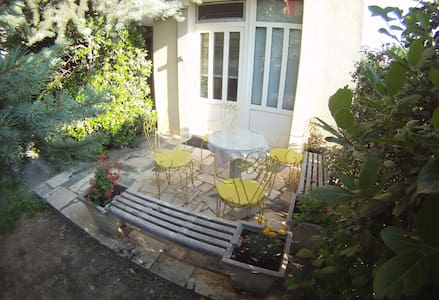 Salona suite for 2 with private entrance & garden