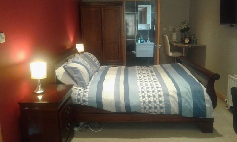 Large ensuite bedroom close to UniversityHospital.