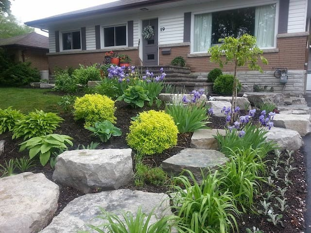 Quiet older home, great walking neighbourhood - Barrie - House