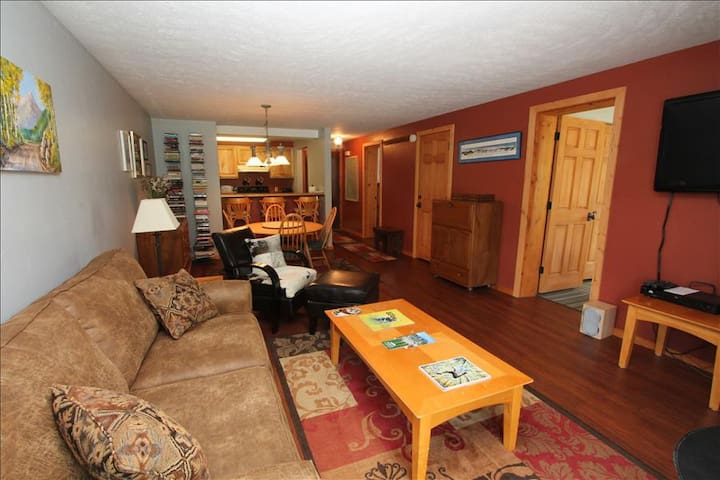 Comfortable 2 BR at the Chateaux. Pool, hottub, sauna, shuttle! - Crested Butte - Apartment
