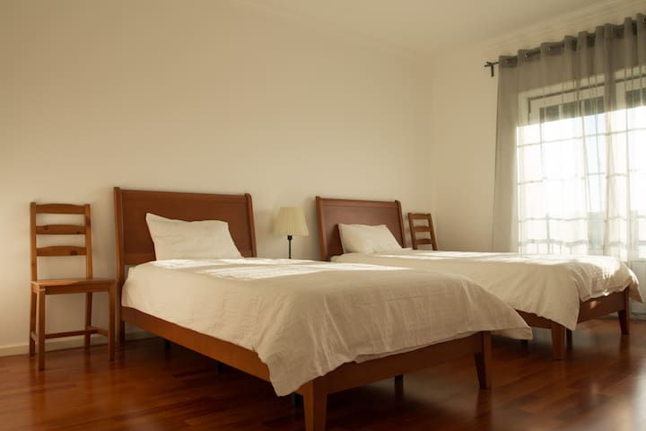 Private twin room in front of Supertubos - Peniche