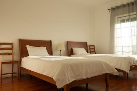 Private twin room in front of Supertubos - Peniche - Casa