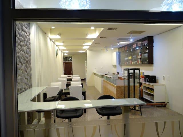 (4-5人房)正市中心,全新裝潢,花蓮市金三角商圈,舒適溫馨居,提供洗衣機。