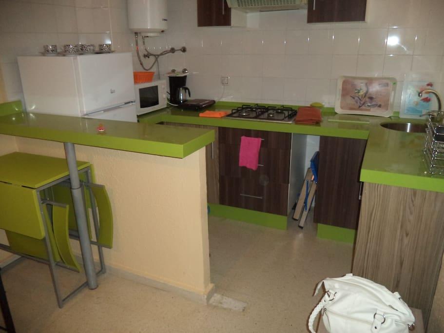La cocina está totalmente equipada e integrada en el salón