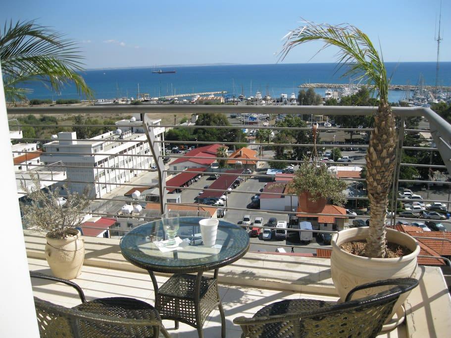 wonderful 270! Balcony view  -  Blick vom Balkon, vorn das Meer, hinten die Berge