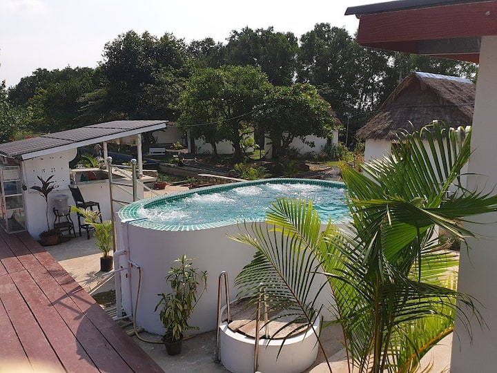 BUNGALOWS WITH POOL, JACUZZI & GYM