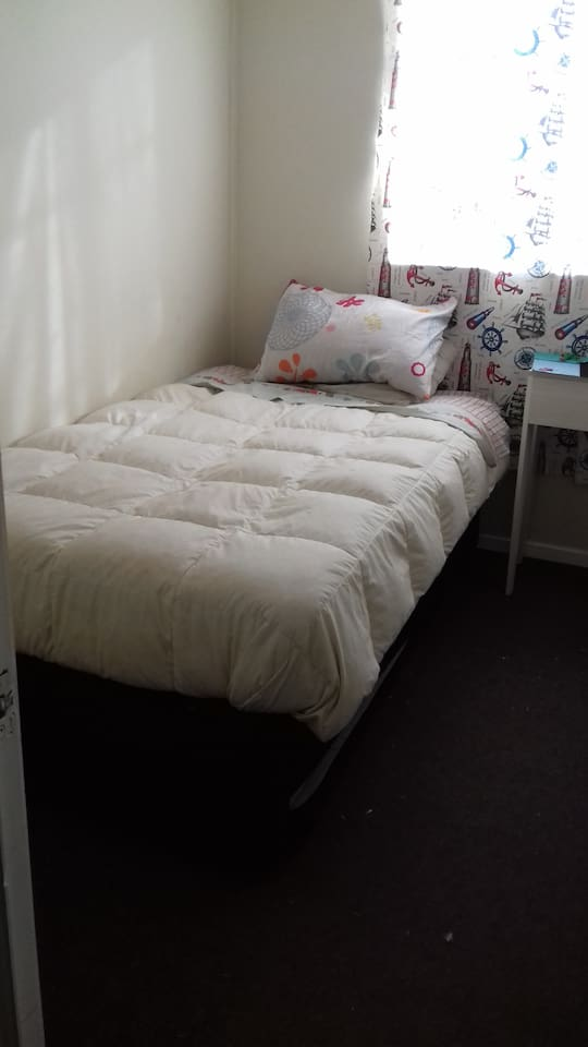 La pieza cuenta con una cama de 1 plaza 1/2 mas cama auxiliar, cada cama con su respectiva ropas, también cuenta con un pequeño escritorio y su silla