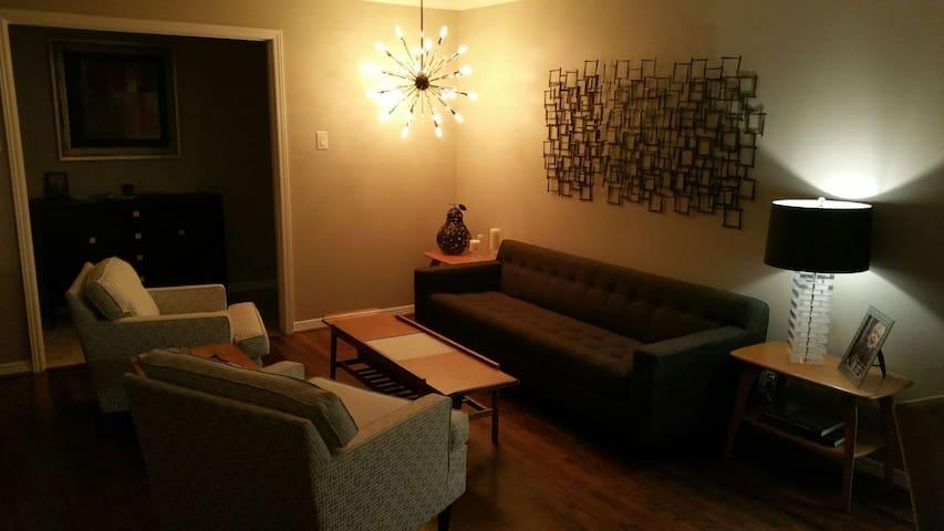 Private room and bath in N. Dallas in quiet area.