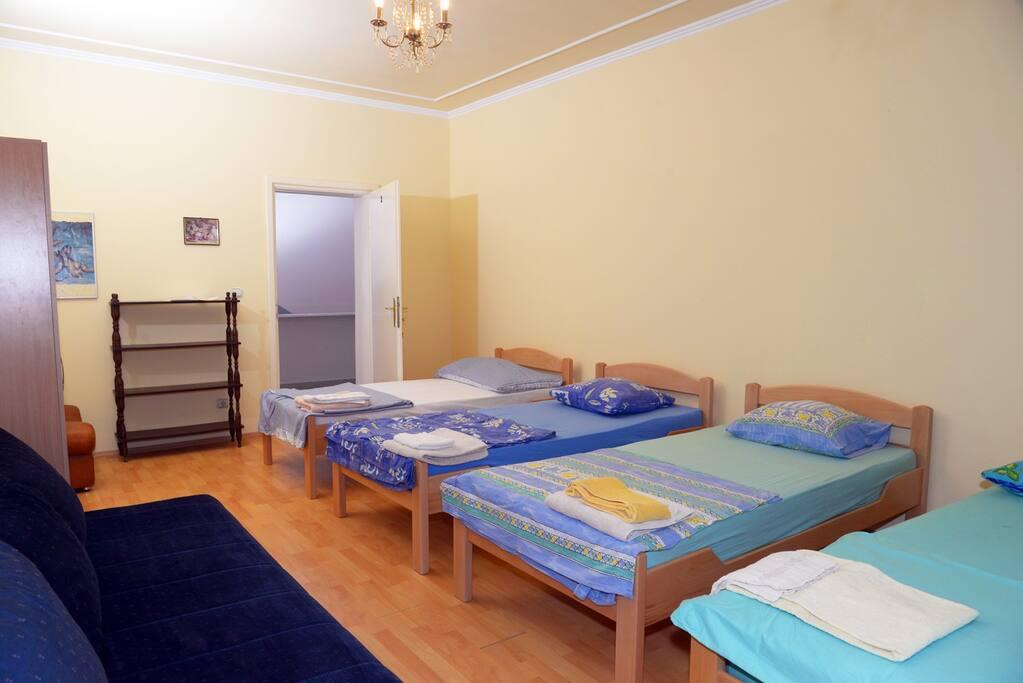 Room 5 beds