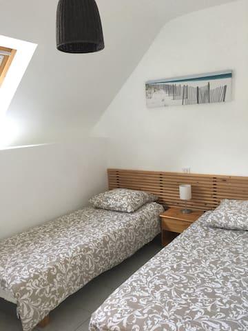 Chambre 3 : Bord de mer à l'étage : 2 lits 80 x 200 1 commode 3 tiroirs