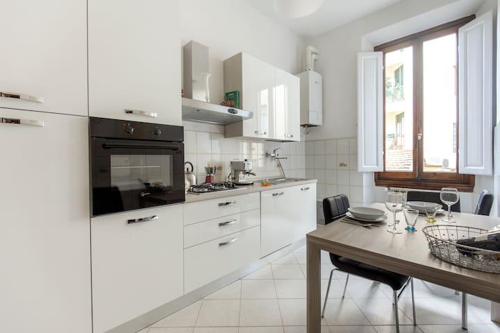 Cucina attrezzata con forno, frigo-congelatore, lavastoviglie, lavatrice, macchina da caffè espresso, bollittore per tè.