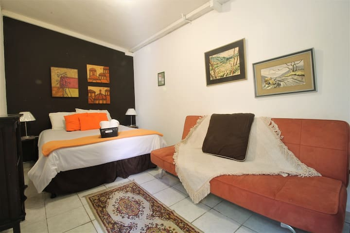 Catan Room 1A, Near Airport + Free Parking & Wifi