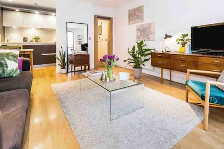 Chic, bright modern 1 bed in Bow-sleeps 4