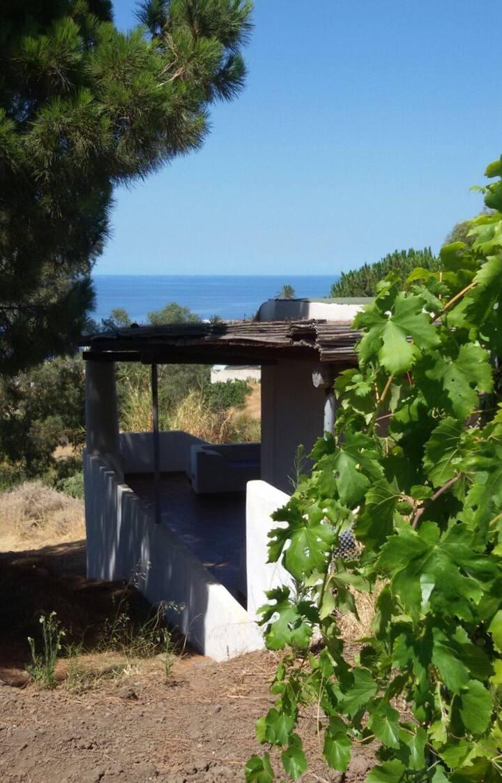 Salina, monolocale con grande terrazza vista mare