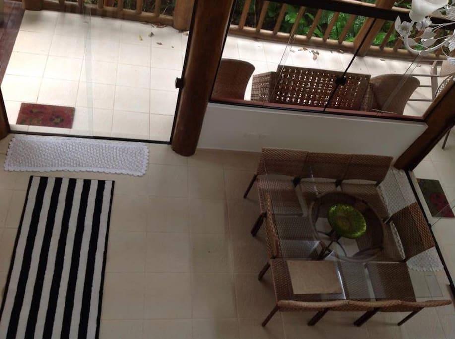 Entrada e sala de jantar vista por cima