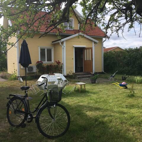 Gula huset i den gamla festivalbyn Hultsfred