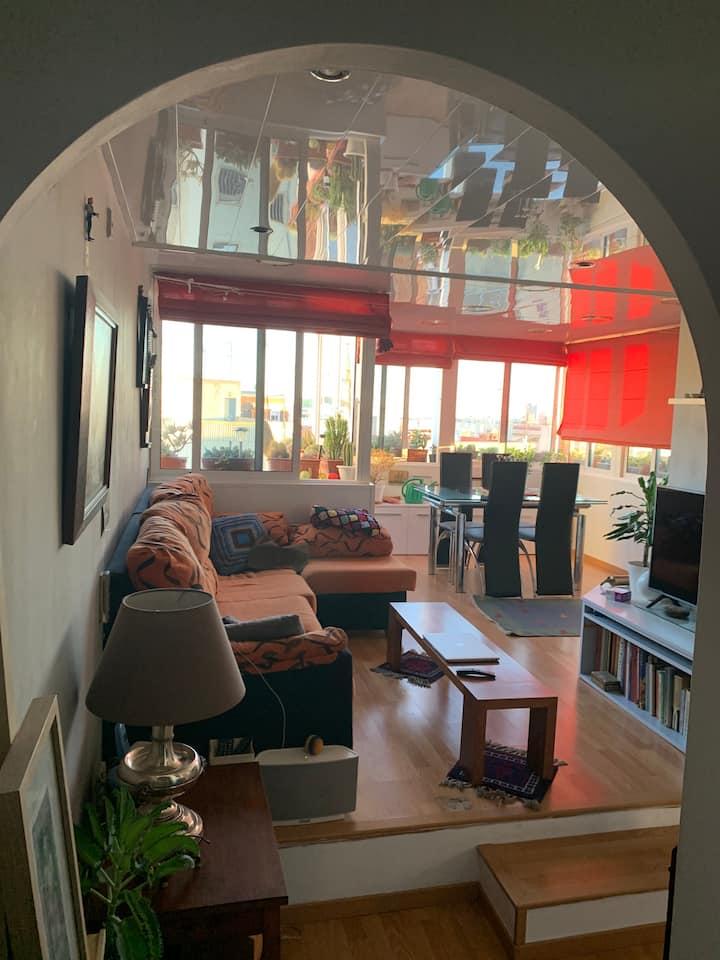 Habitación muy luminosa, pequeña, cama matrimonio.