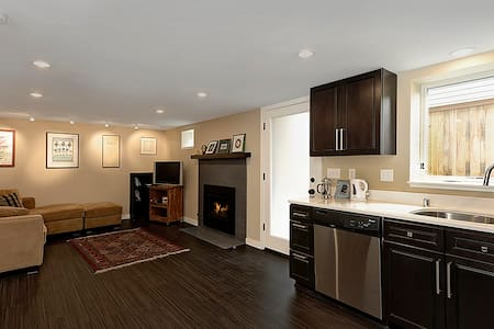 Private Modern 2BR flat, NE Seattle, great reviews