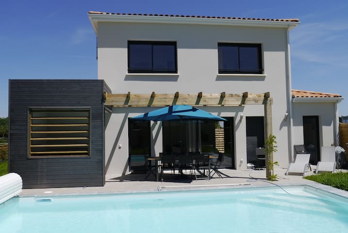 4 bed villa with aircon, pool, hot-tub & tennis
