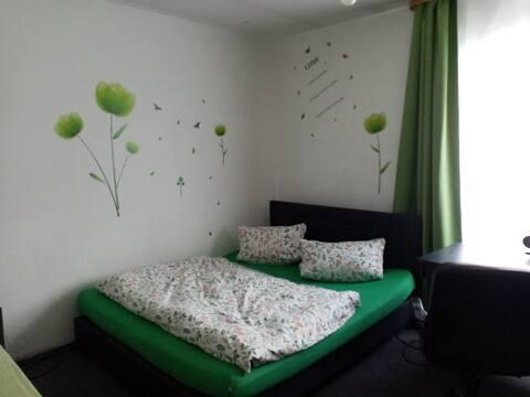Familienzimmer grün für 2 Erwachsene mit 1 Kind