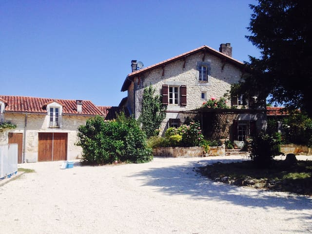 Large house with pool and garden - Verteillac - Huis